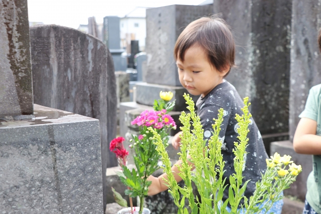 お墓参りをする子供